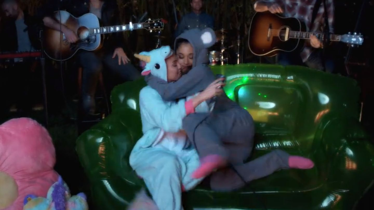 Watch Ariana Grande And Miley Cyrus Flirt And Sing In