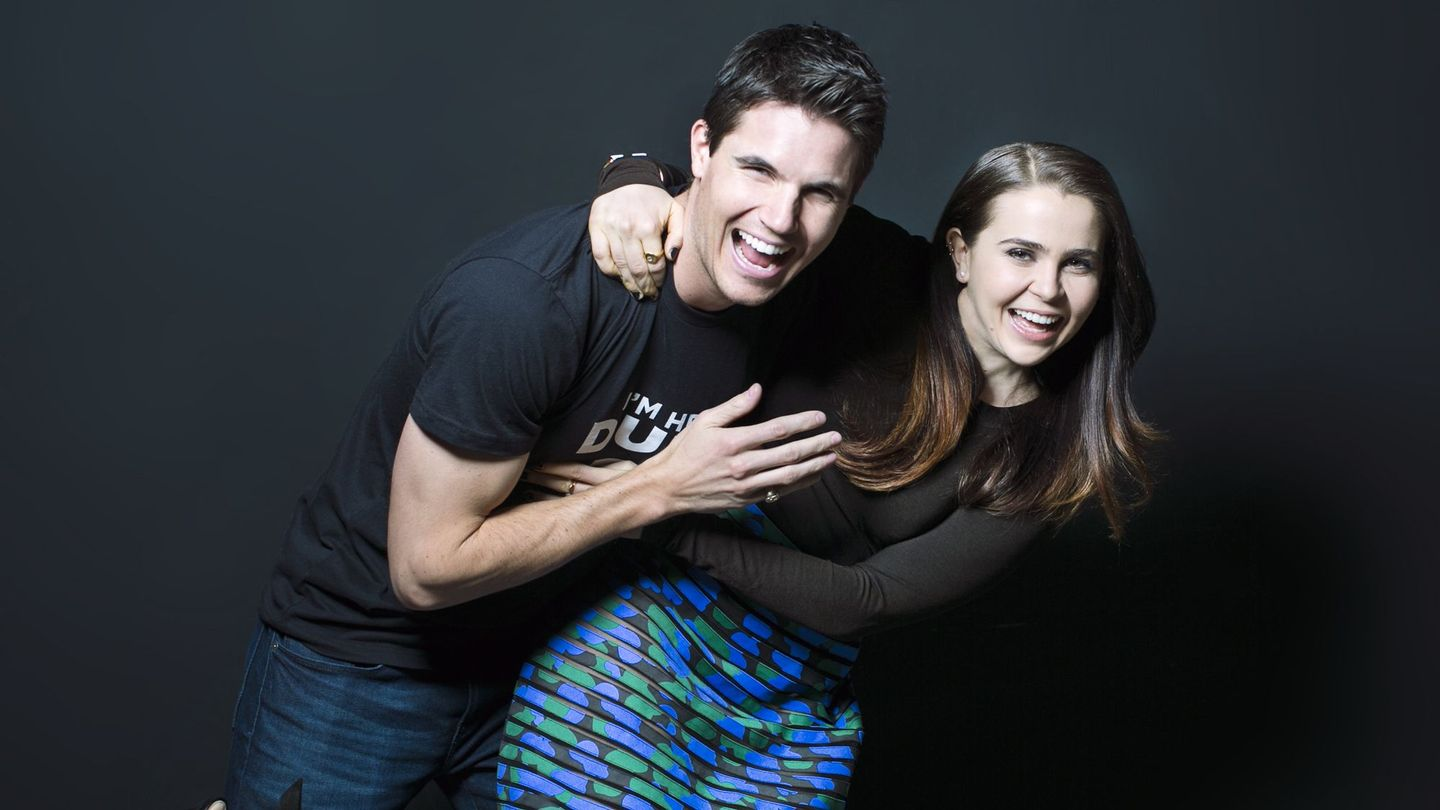Mae Whitman And Robbie Amell Describe 'The DUFF' Using ...