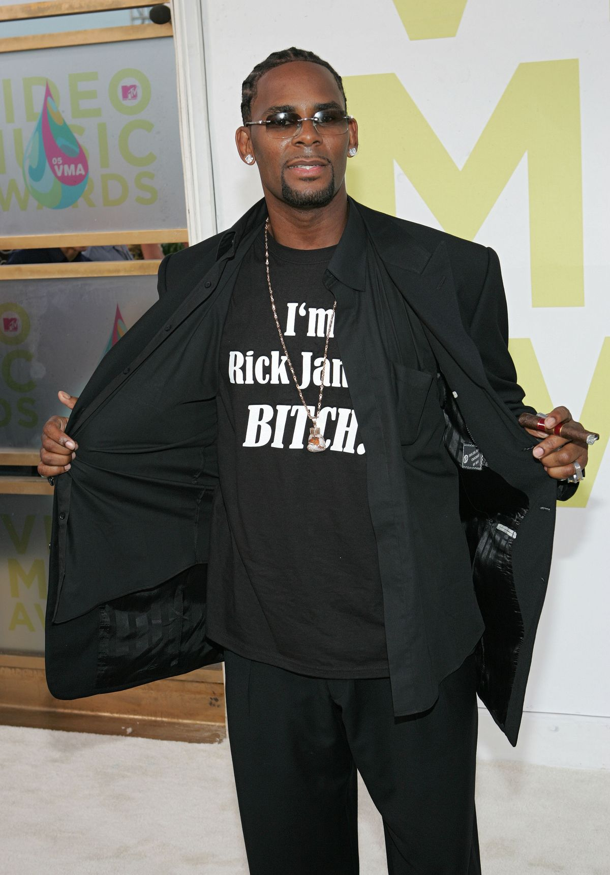 MIAMI - AUGUST 28: Singer R. Kelly arrives at the 2005 MTV Video Music Awards at the American Airlines Arena on August 28, 2005 in Miami, Florida. (Photo by Alexander Tamargo/Getty Images)