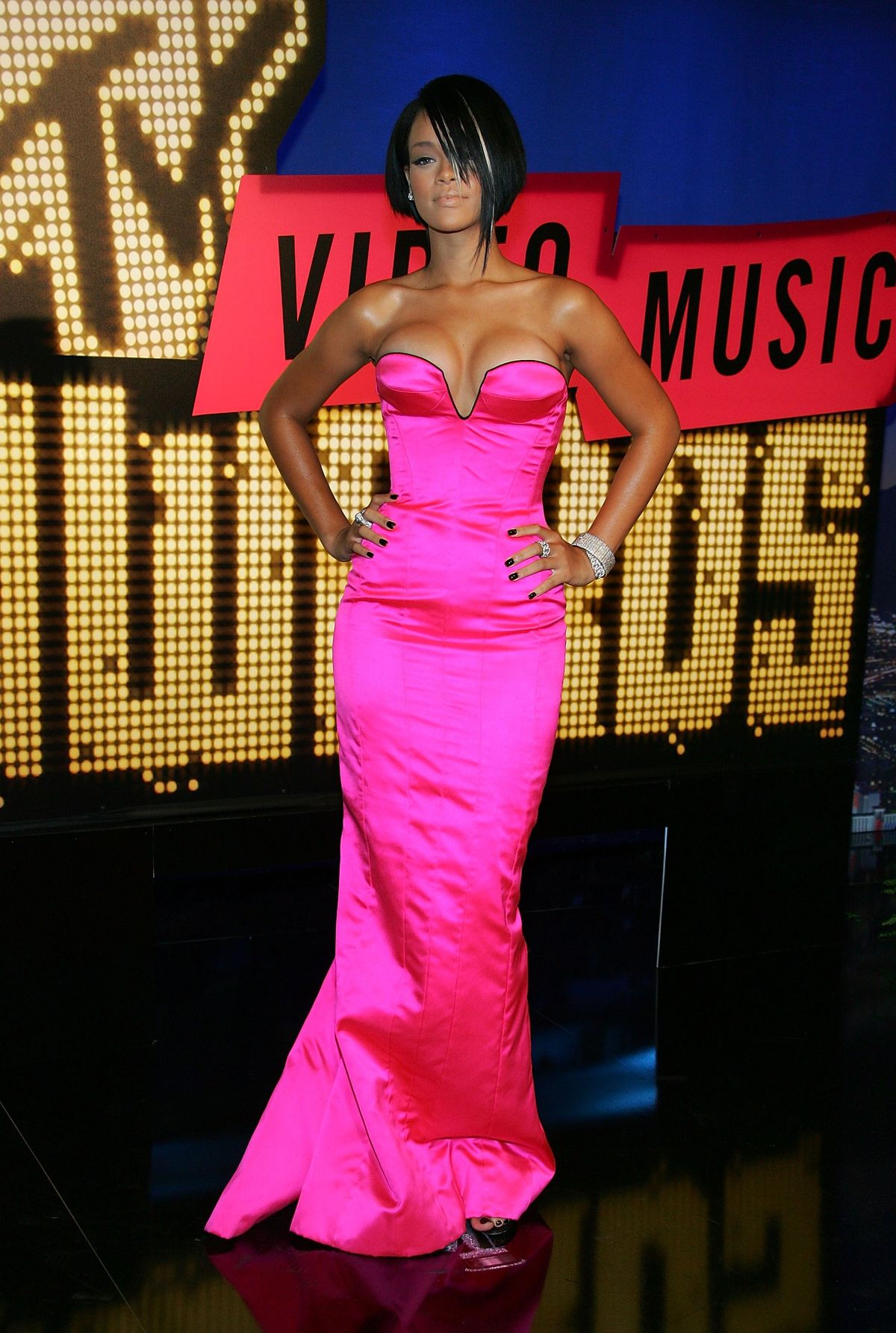 LAS VEGAS - SEPTEMBER 09:  Singer Rihanna arrives at the 2007 MTV Video Music Awards held at The Palms Hotel and Casino on September 9, 2007 in Las Vegas, Nevada.  (Photo by Ethan Miller/Getty Images)