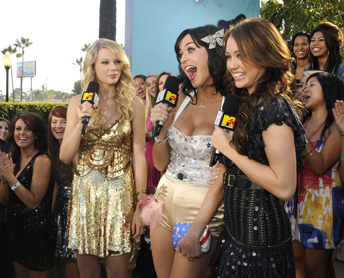 LOS ANGELES, CA - SEPTEMBER 07: Taylor Swift, Katy Perry and Miley Cyrus arrives on the red carpet of the 2008 MTV Video Music Awards at Paramount Pictures Studios on September 7, 2008 in Los Angeles, California.  (Photo by Kevin Mazur/WireImage)