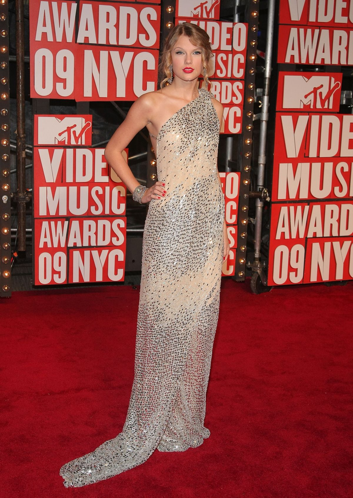 NEW YORK - SEPTEMBER 13:  Singer Taylor Swift arrives at the 2009 MTV Video Music Awards at Radio City Music Hall on September 13, 2009 in New York City.  (Photo by Michael Loccisano/Getty Images)