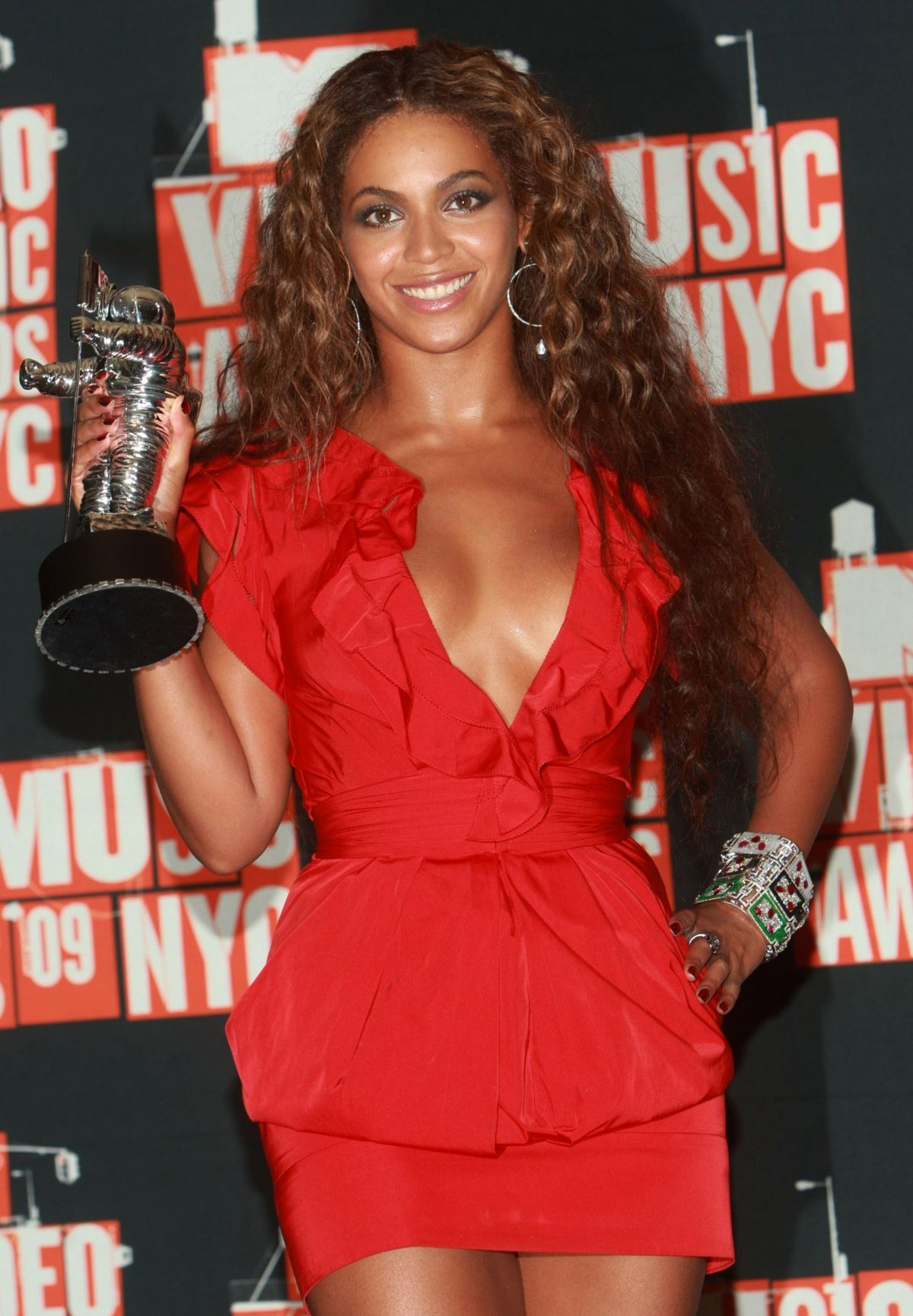 NEW YORK - SEPTEMBER 13: Beyonce poses in the press room at the 2009 MTV Video Music Awards at Radio City Music Hall on September 13, 2009 in New York City. (Photo by Stephen Lovekin/FilmMagic)