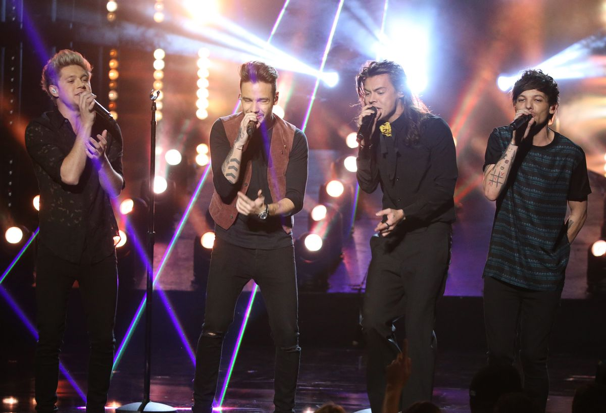 LOS ANGELES, CA - NOVEMBER 22: (L-R) Niall Horan, Liam Payne, Louis Tomlinson and Harry Styles of the band One Direction perform onstage at the 2015 American Music Awards at Microsoft Theater on November 22, 2015 in Los Angeles, California. (Photo by Michael Tran/FilmMagic)