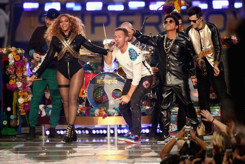 SANTA CLARA, CA - FEBRUARY 07:  (L-R) Jonny Buckland of Coldplay, Beyonce, Chris Martin of Coldplay, Bruno Mars and Mark Ronson perform onstage during the Pepsi Super Bowl 50 Halftime Show at Levi's Stadium on February 7, 2016 in Santa Clara, California.  (Photo by Christopher Polk/Getty Images)
