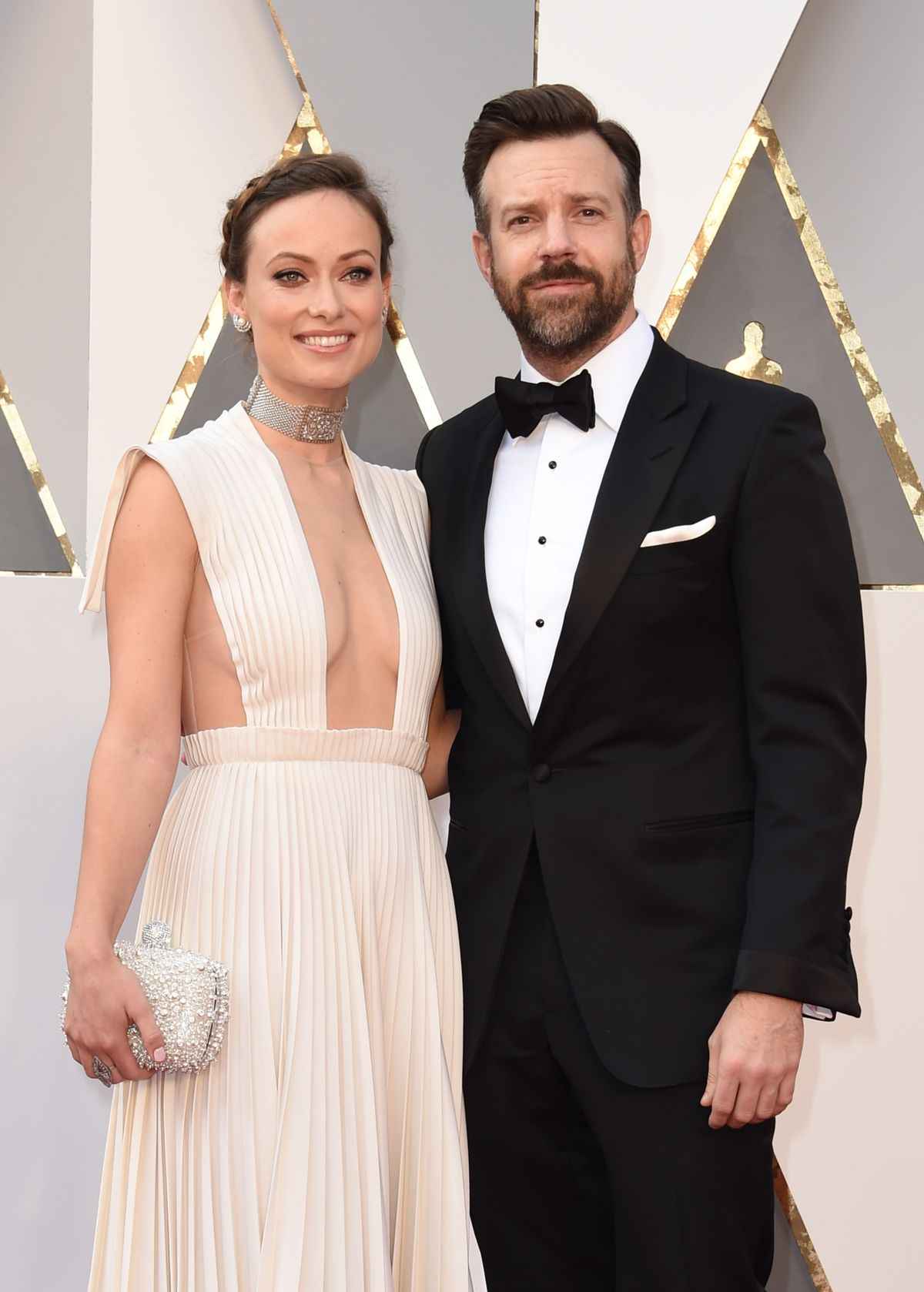 Olivia Wilde (L) and Jason Sudeikis arrive on the red carpet for the 88th Oscars on February 28, 2016 in Hollywood, California. AFP PHOTO / VALERIE MACON / AFP / VALERIE MACON (Photo credit should read VALERIE MACON/AFP/Getty Images)