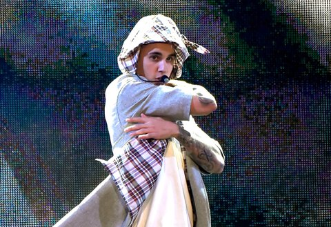 SEATTLE, WA - MARCH 09: (EDITORS NOTE: This image has been converted to black and white.) Singer/songwriter Justin Bieber performs onstage at KeyArena on March 9, 2016 in Seattle, Washington. (Photo by Kevin Mazur/WireImage)