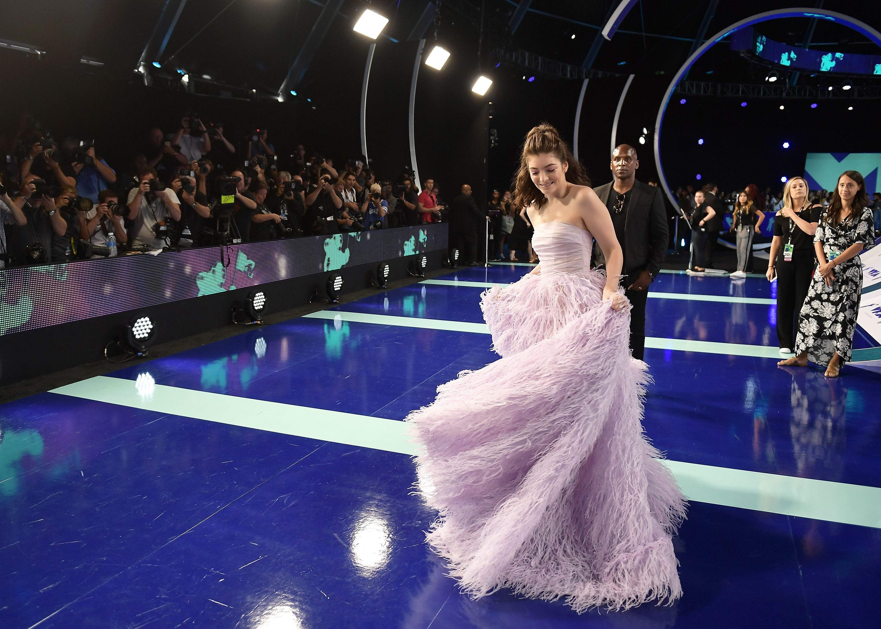 New Zealand-born artist Lorde gives voiceless performance at the VMAs