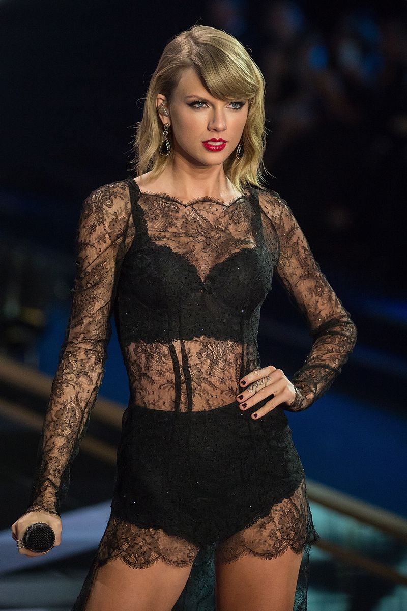 11 Photos That Prove Taylor Swift Is Basically A Victoria