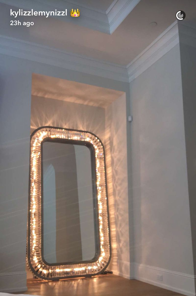 Kylie Jenner S New Giant Mirror Guarantees Perfect